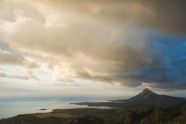 Красивый вид на океан, горы и облака. остров маврикий.