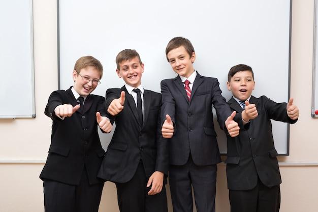 黒板の近くの幸せな小学生のグループの肖像画