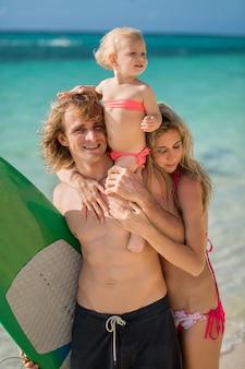 家族一緒にサーフィンを楽しんで、夏のライフスタイル