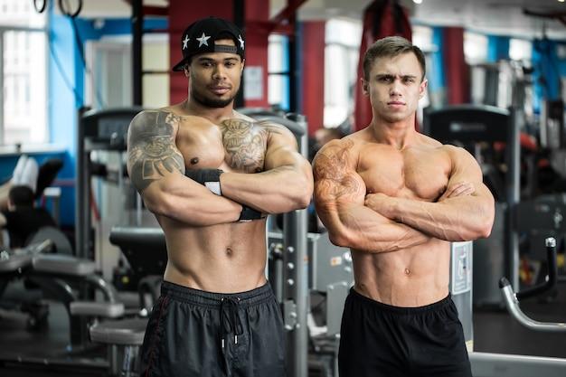 Изображение двух мужчин в тренажерном зале