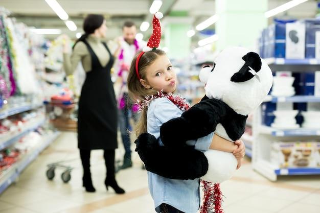 スーパーで幸せな若い家族がプレゼントを選ぶ
