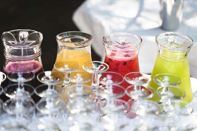 Набор пустых пустых бокалов, отображаемых в строках. подготовка к празднику