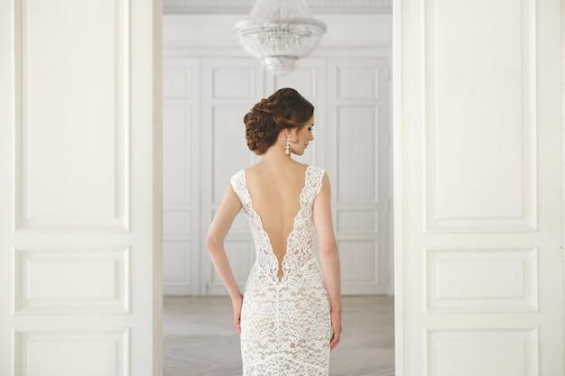 Красивая невеста позирует в свадебном платье