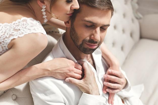 Шикарные свадебные пары жених и невеста позирует