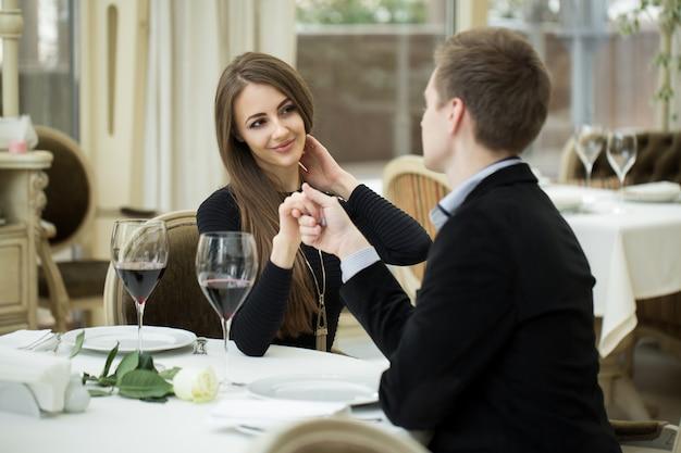 彼女の恋人を見て美しい女性を誘惑します。ロマンチックな話をする