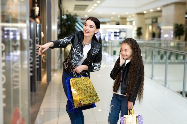 ショッピングモールで買い物をしながら笑顔の美しい姉妹