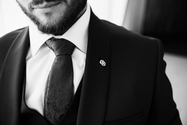 Мужчина с бородой в костюме