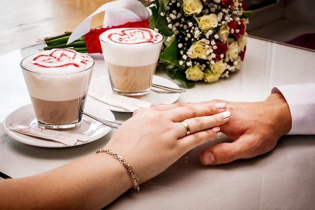 愛する夫と女性はお互いに手を触れます。