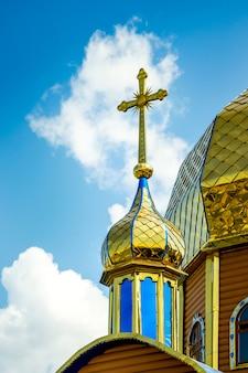 晴れた日にドームと正教会の十字架