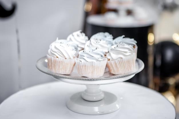 皿の上の白と甘いカップケーキ