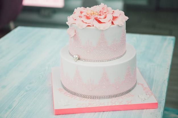 Розовый торт для девочки на столе