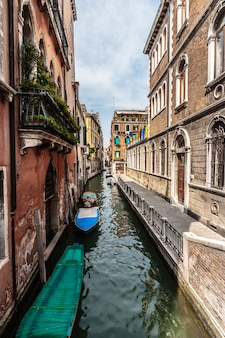 Взгляд канала в венеции, италии.