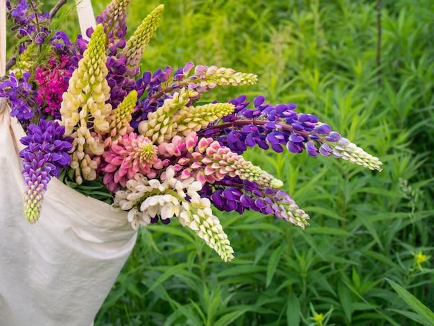 バッグの中のルピナスの花、クローズアップ。
