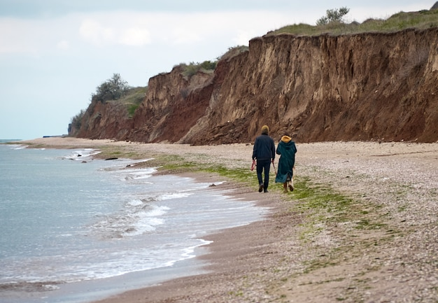 Прогулка по пляжу с собакой