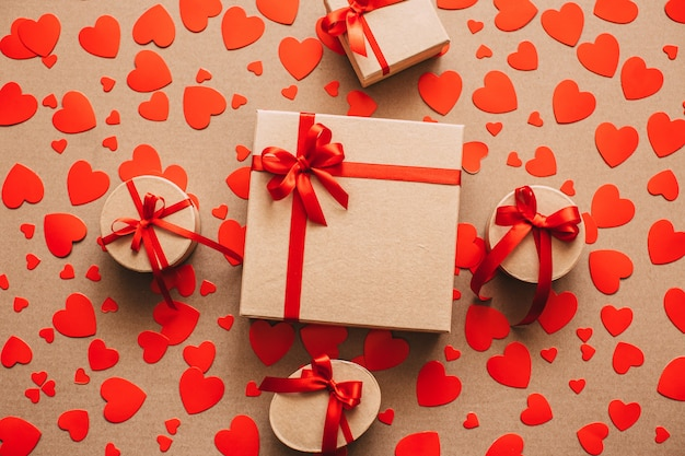 Фон подарочные коробки и красные сердца.