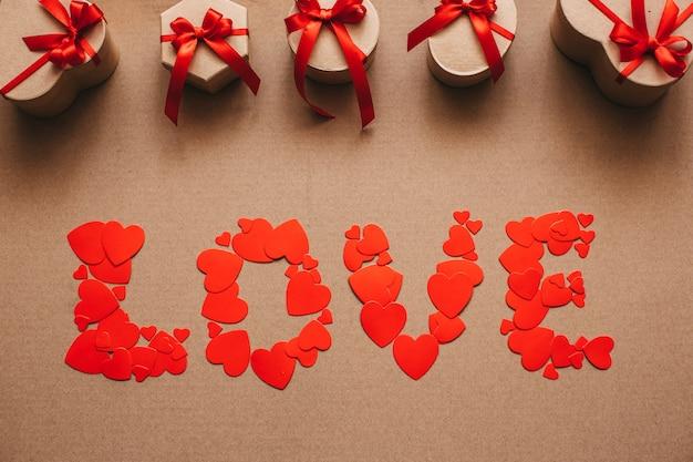 Любовь от сердца и стильные подарки с красными лентами.