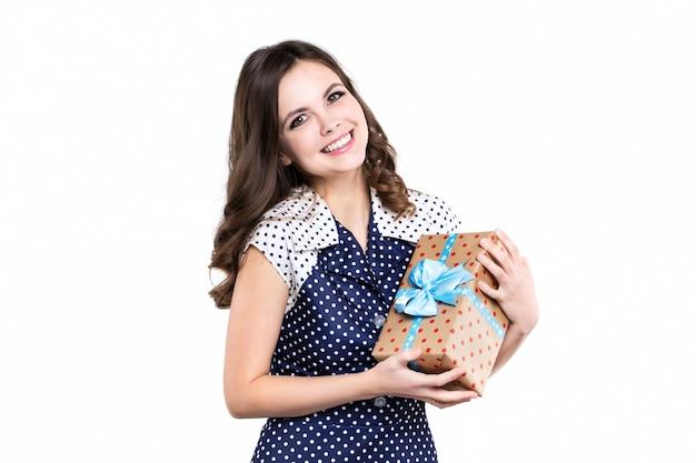 分離されたギフトを持つ幸せな若い女性。