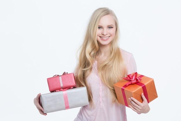 Молодая красивая девушка с подарком