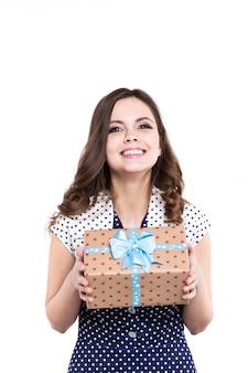 Счастливая женщина держа подарок присутствующий, изолированный.