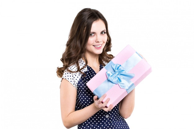 Жизнерадостная женщина держит розовую коробку с подарком, изолированные.