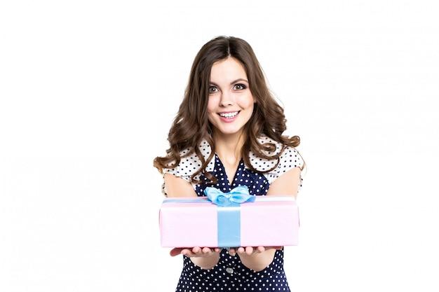 Улыбающаяся девушка с подарком изолированы.