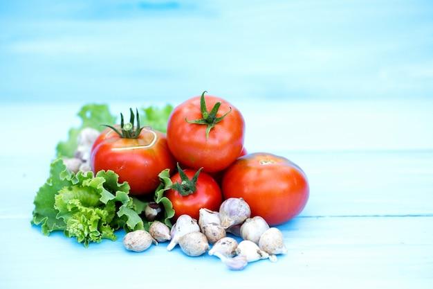 Помидоры, зеленый салат и чеснок