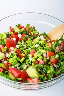 Овощной салат со свежими помидорами, огурцами и зеленым луком