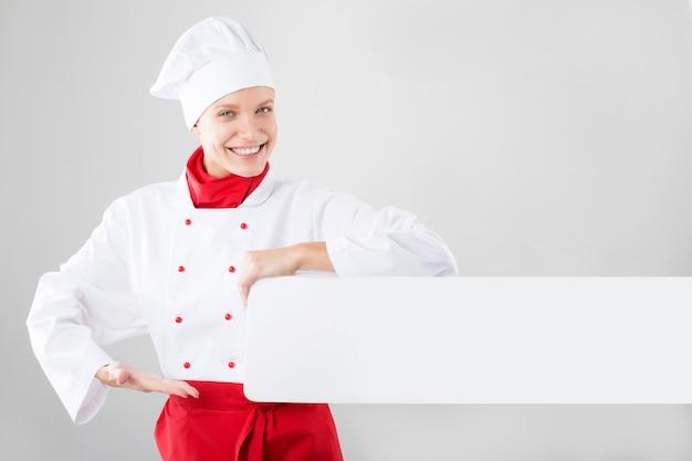 Девушка одетая как руки шеф-повара держа белое знамя
