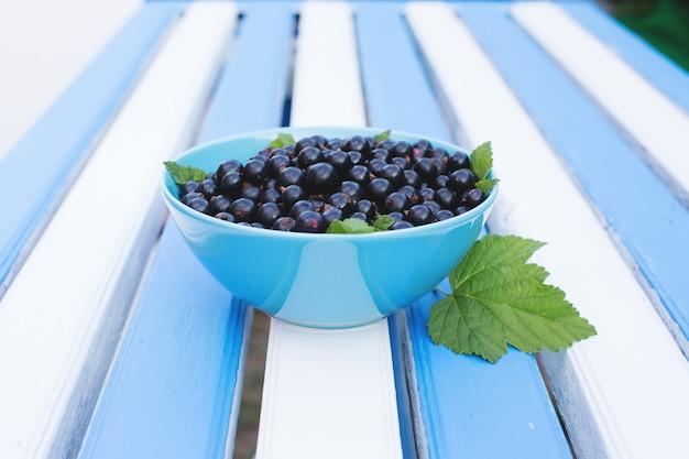 青いテーブルの黒スグリの果実