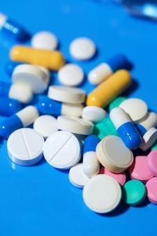 Таблетки. белые медицинские таблетки на синем фоне