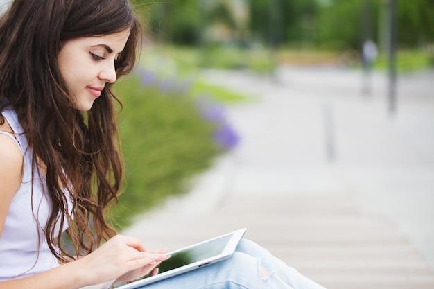 Связаны. женщина битника используя цифровой планшет.