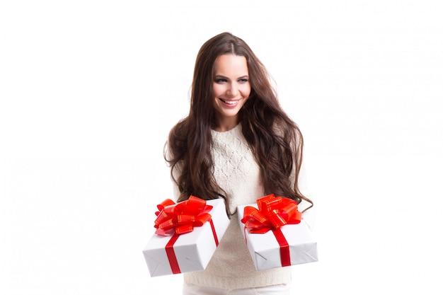 贈り物を持つ少女。