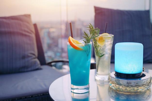 屋上のバーのデートの夜、豪華でロマンチックなコンセプトのカップルのためのおいしいカラフルな夏のカクテル