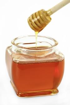 Сладкий пчелиный мед на белом пространстве.