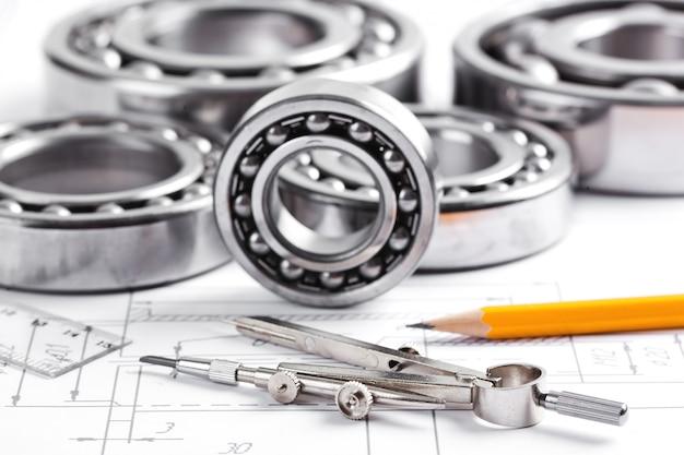 Строительные чертежи и инструменты на столе