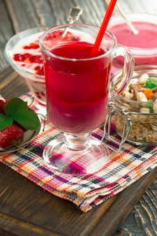 テーブルの上の甘いイチゴと健康的なスムージー。
