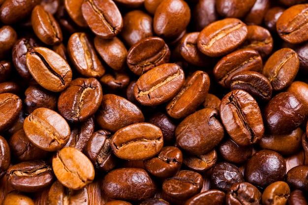 古い背景にブラックコーヒーの穀物