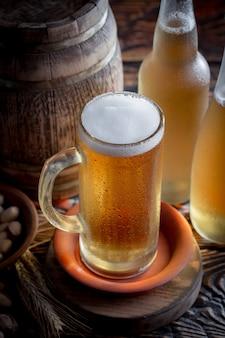 テーブルの上のガラスの軽いビール