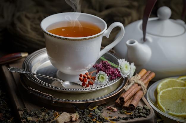 古い背景の上にカップで熱いお茶
