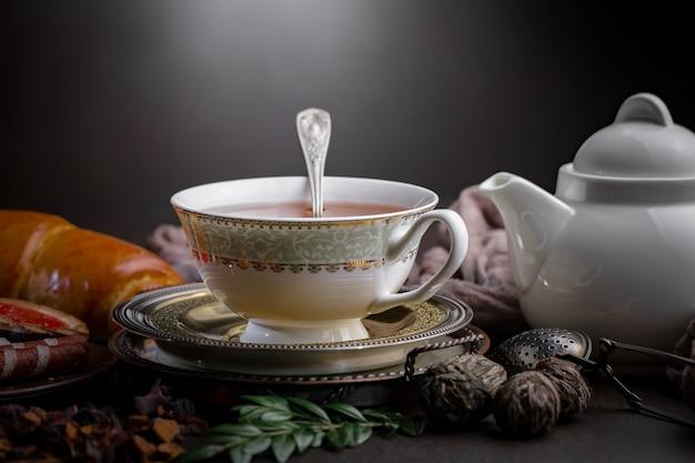 古い背景のテーブルに茶葉を乾燥します。