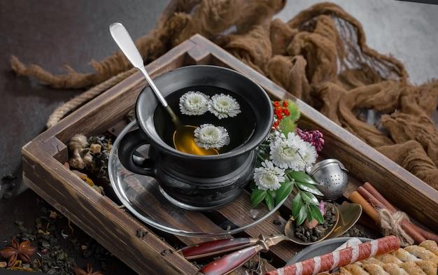 Горячий чай в чашке на фоне старых