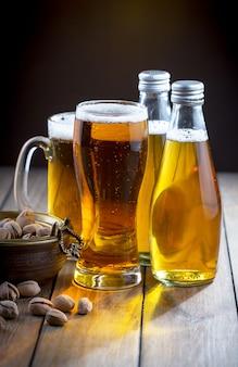 Легкое пиво в бокале на столе