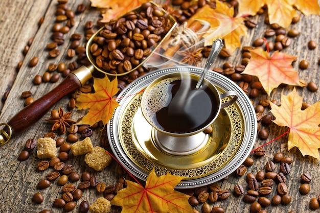 Кофе в чашке на фоне старых