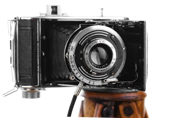 白い背景の上の古い機械写真カメラ