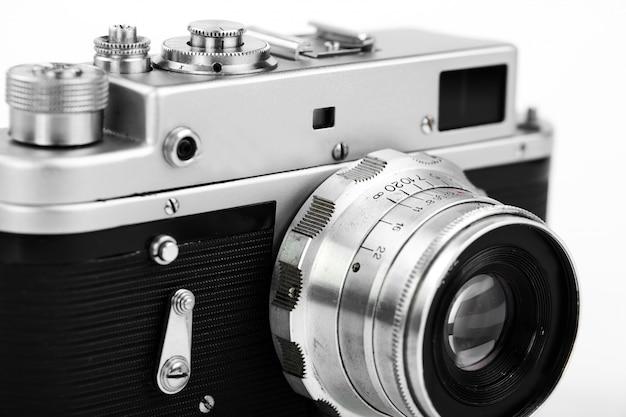 Старый механический фотоаппарат, на белом фоне