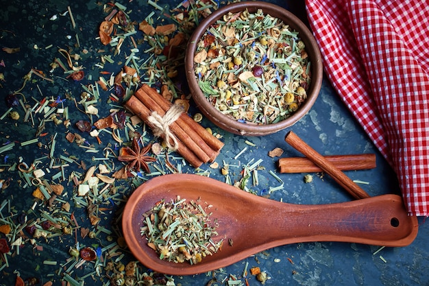 Сухие чайные листья на столе на фоне старых