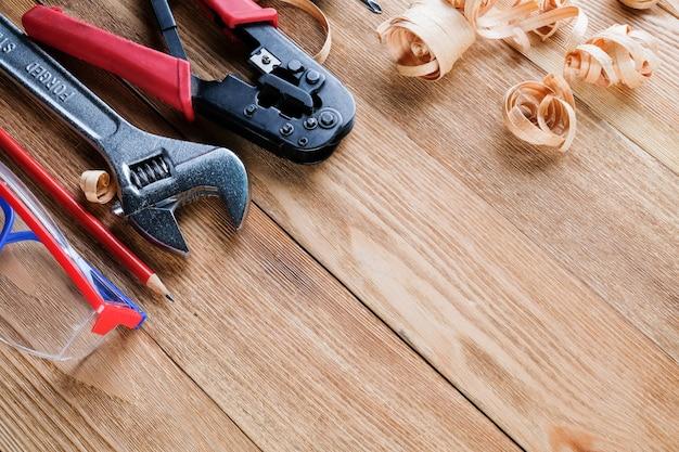 作業工具と木の削りくず