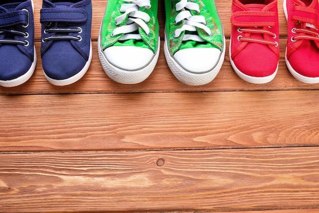 木製の床に子供の靴