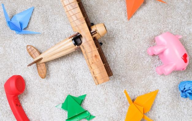 床に子供のおもちゃ。子供はじゅうたんで遊んでいた。