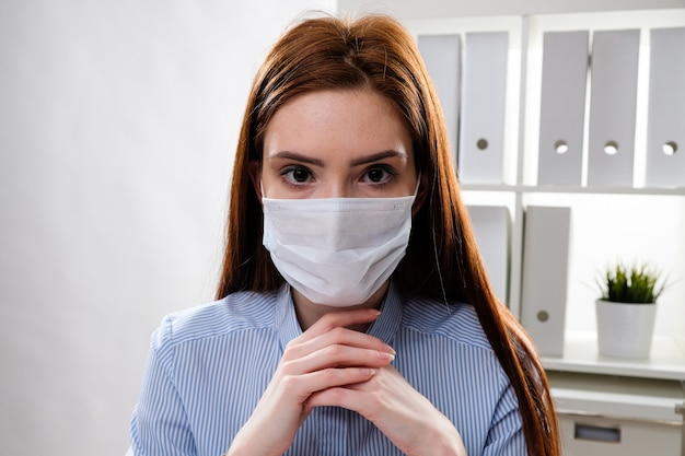 職場でのマスクのビジネスウーマン